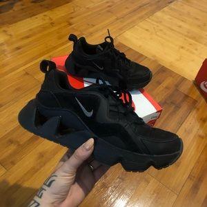 nike ryz 365 black size 7w